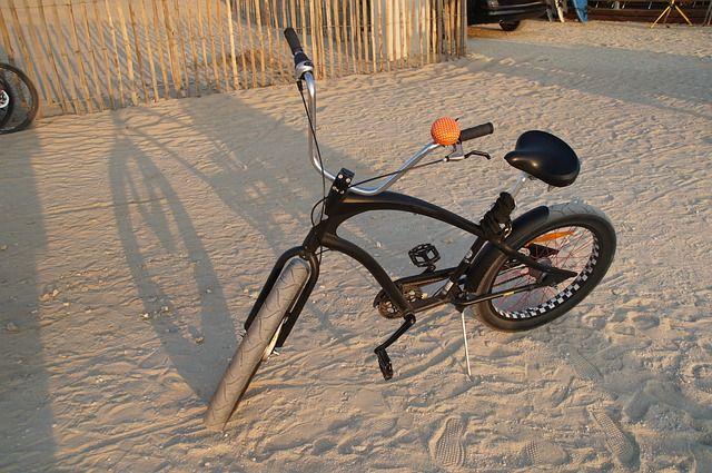 2 façons simples de transporter une planche de surf à vélo sans jouer l'équilibriste