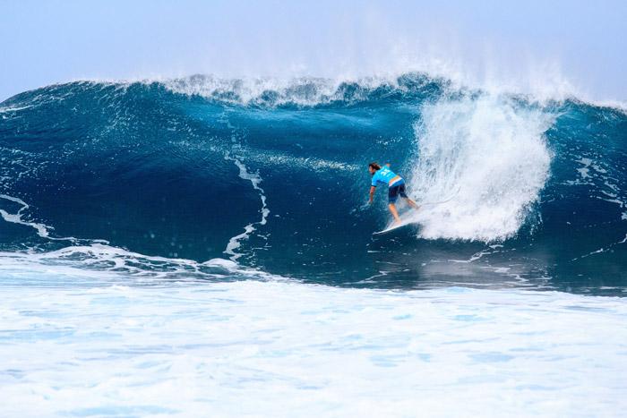 image d'un surfeur qui surf une vague sur le spot de surf Banzai Pipeline à Hawaii