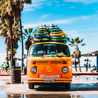 image d'un van avec beaucoup de planches de surf sur son toit