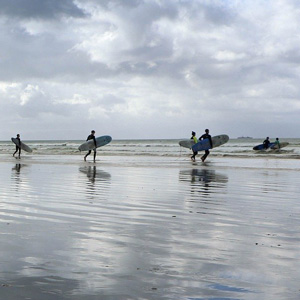 surfeurs sur une plage