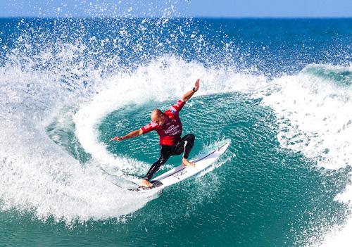 image de Kelly Slater le meilleur surfeur au monde dans cet article il nous donne un conseil de surf pour nous améliorer