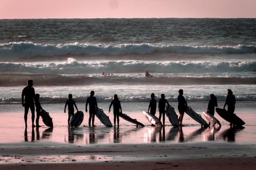photo d'un groupe d'enfant avec le moniteur de surf