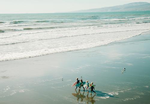 photo d'un groupe d'enfant qui vont surfer