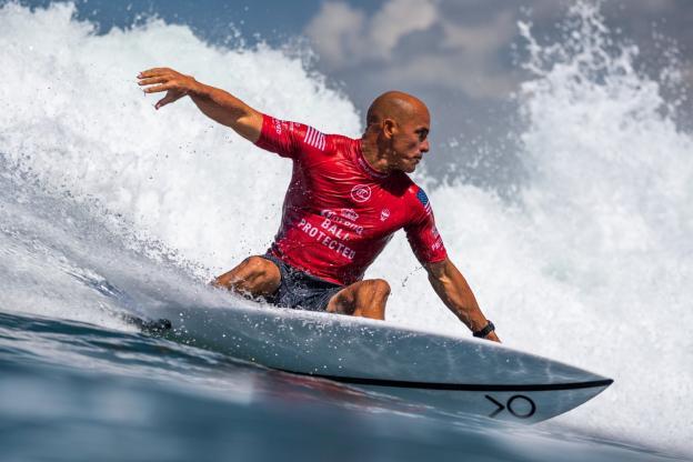 image du surfeur Kelly Slater un des meilleurs surfeur du monde
