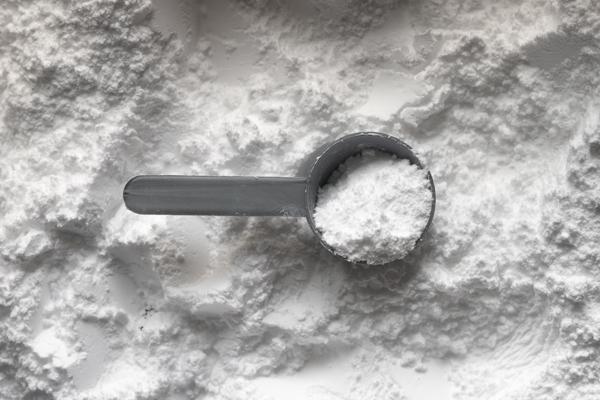 image d'une scoop de protéines en poudre pour éviter les carences en protéines et avoir une bonne alimentation de surfeur