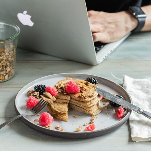 image illustrant le snack le l'alimentation du surfeur, une assiette avec des pancakes protéinés et des fruits rouges