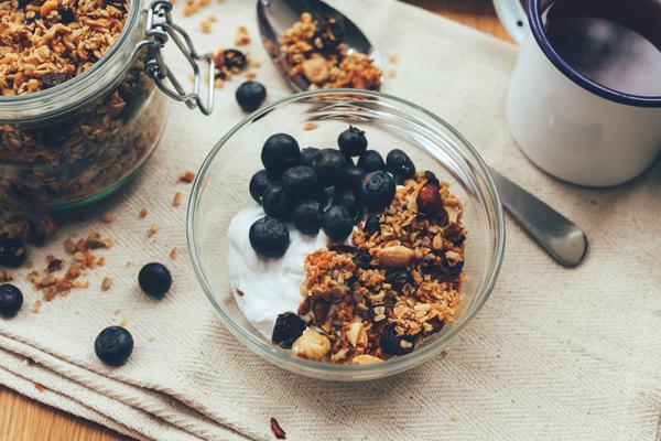 image d'un bol de muesli avec du skyr et des fruits rouges, le petit-déjeuner pour la diet du surfeur
